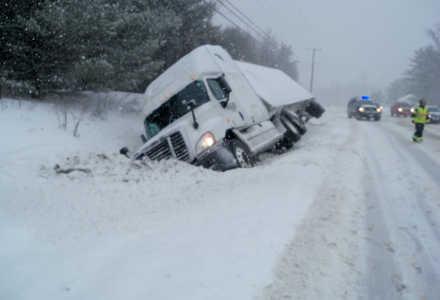 Lastbilen körde med öppna dörrar innan den slirade av vägen.