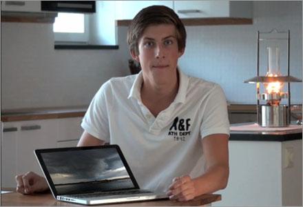 Anton visar dåligt väder på sin laptop så att folk ska förstå vad han menar med dåligt väder.