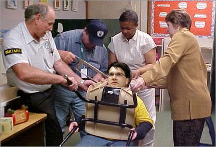 Åkesson fastnade i en stol, en bild som kan bli olaglig.
