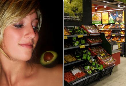 Kvinnan tog modellbilder med avokadon på axeln.