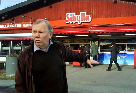 Bert Karlsson höll presskonferens utanför Sibyllakiosken i Visby.