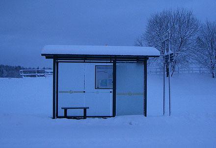 Busshållplatsen där medelklassafarin startar.