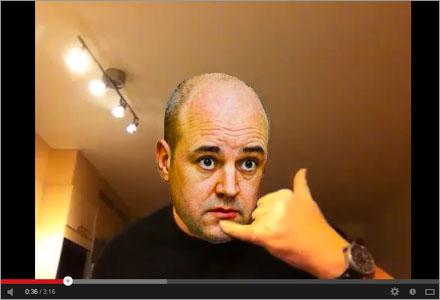 """""""Ring mig kanske"""" frågar mimande Reinfeldt på YouTube."""