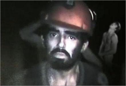 33 Chilenska gruvarbetare har varit instängda på ett minimalt utrymme  i en hel månad.