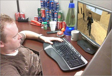 Kjell tycker att de långa jourtimmarna på natten är tråkiga, så han spelar CS.