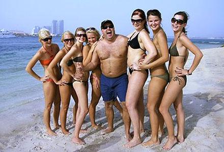Högfärdiga, malliga och med bikinibrudar under armen, här är Diplomaterna.