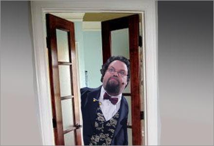 Edward Blom vinglade till och fastnade i den trånga dörrkarmen