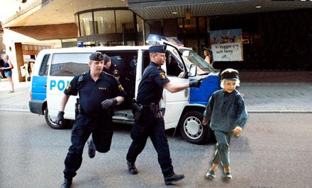 Polis griper ynglingen i Växjö centrum.