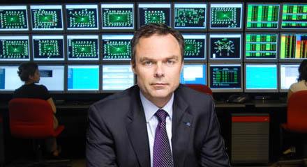 Skolminister Jan Björklund i skolministeriets övervakningscentral.
