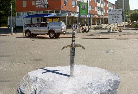 Den som kan dra svärdet ur stenen blir nytt kommunalråd i Huddinge kommun.