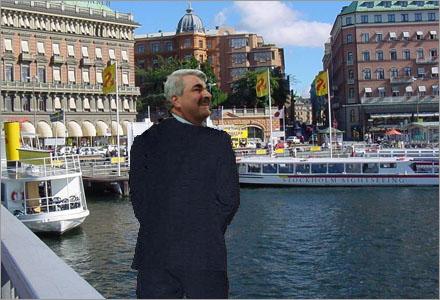 Håkan Juholt demonstrerar för pressen hur man kissar i motvind vid Stockholms ström.