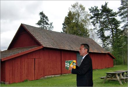 Jan Björklund utanför Maud Olofssons lada i Bygdeå.