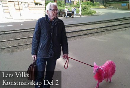 Lars Vilks har sprayat ett lamm med neonrosa färg i sitt senaste konstverk.