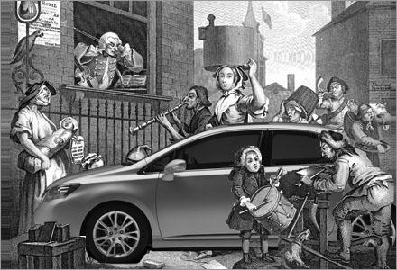 Även på gågator färdas prinsessan Madeleine via sin silverfärgade Lexus.
