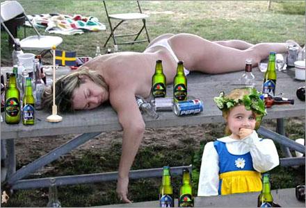 Denna alkoholpåverkade mamma i Skövde har en del att förklara för vänner och bekanta.