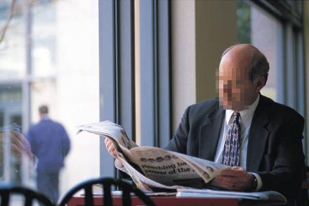 Mannen på bilden väljer sina nyheter med omsorg.