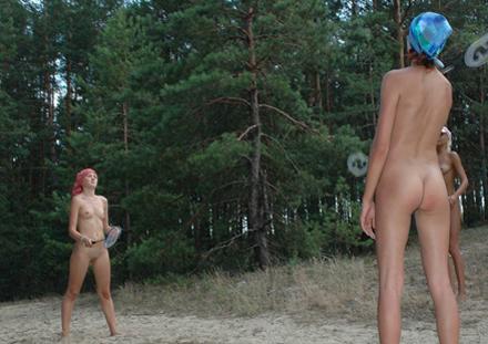 Nya regler kräver att badminton spelas naket.