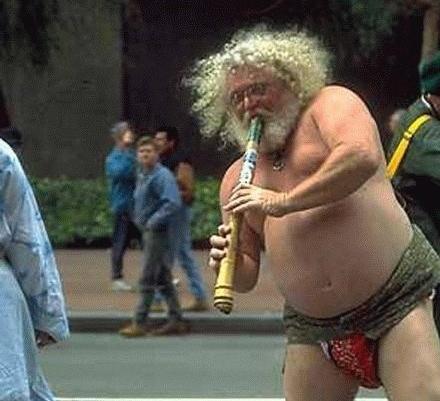 Spela flöjt halvnaken, på ett ben, på gatan borde man få göra, tycker Markus Danielsson.