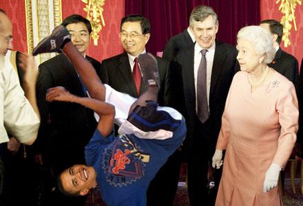 Premiärminister Gordon Brown, Kinas Hu Jintao och Drottningen kollar in Obamas moves.