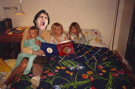 Magnus Bergkvist läste högt för barnen ur jättejättetråkig bok.