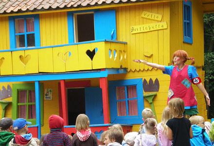 Pippi Heilstrumpf är en av många karaktärer man kan stöta på i nöjesparken.
