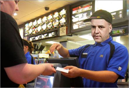 Reinfeldt jobbar nu på McDonalds i Solna.