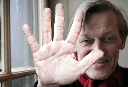 Lambertz kritiker får tala med handen.
