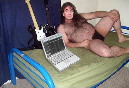 Förutom ett par gamla gitarrer har Uggla pantsatt alla sina ägodelar.
