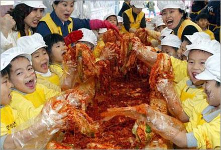 De Japanska skolbarnen älskar valkött, de får även medverka i själva matlagningen.