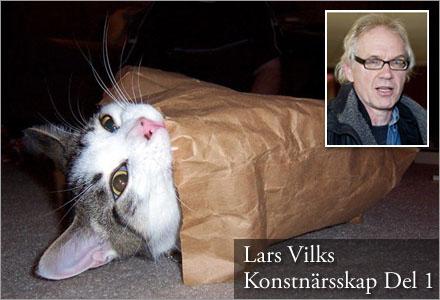 """Konstverket """"Ömhet i en påse"""" består av en katt i en papperspåse."""